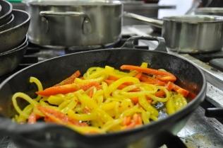 Faire suer à petit feu directement dans le plat les oignons, l'ail et les poivrons