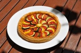Une Tarte feuilletée aux courgettes et tomates confites