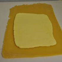 Superposer la pâte et le beurre
