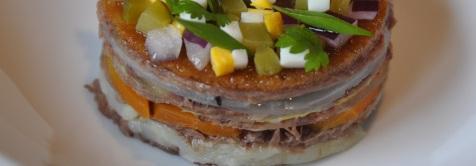 Les strates de viande et de légumes