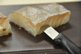 Inciser le côté du filet de poisson