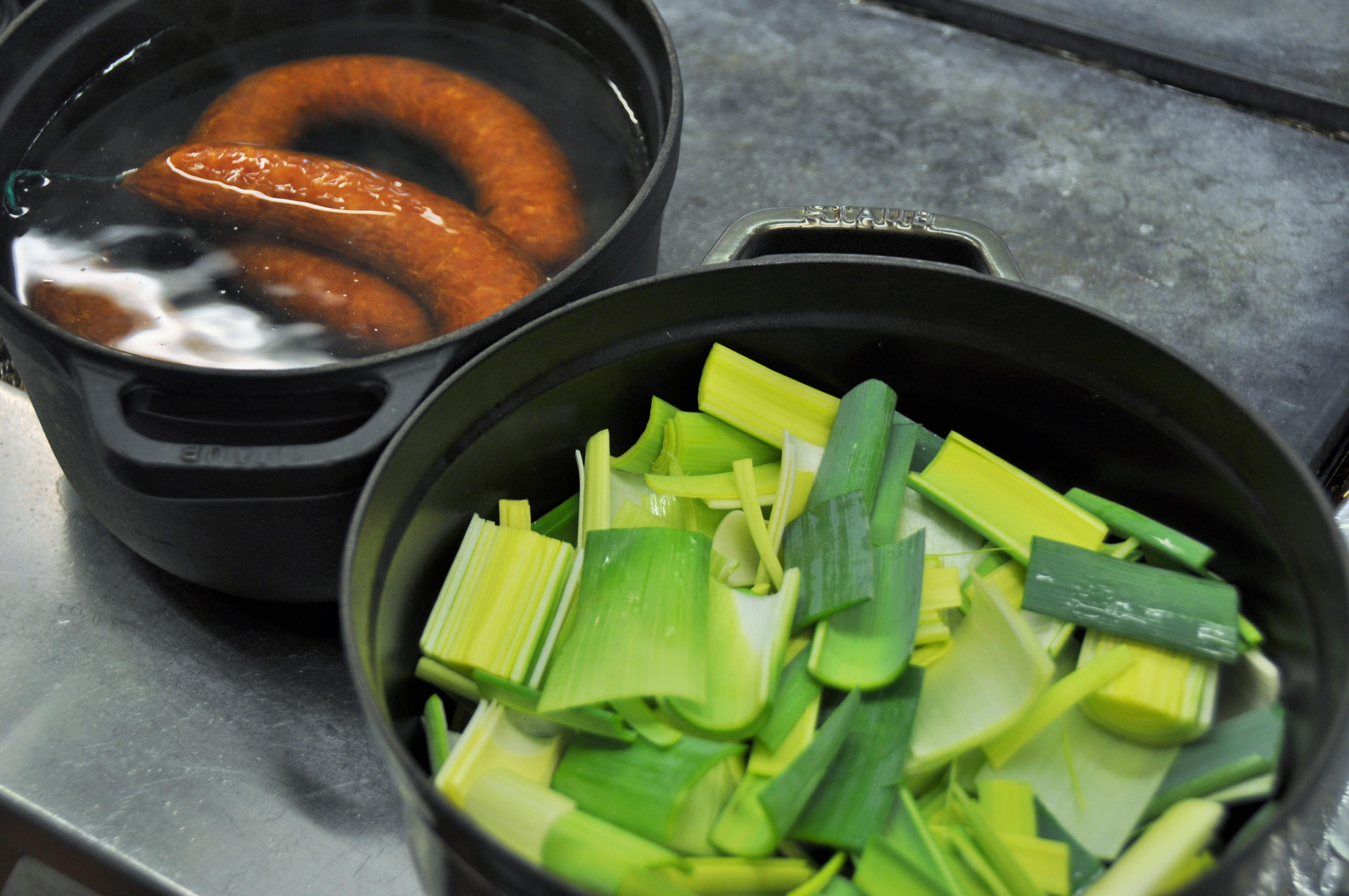 Poursuivre la cuisson à couvert en ajoutant de temps à autre un peu d eau  de cuisson des saucisses pour éviter que cela attache au fond de la  casserole. da77c6b8d12