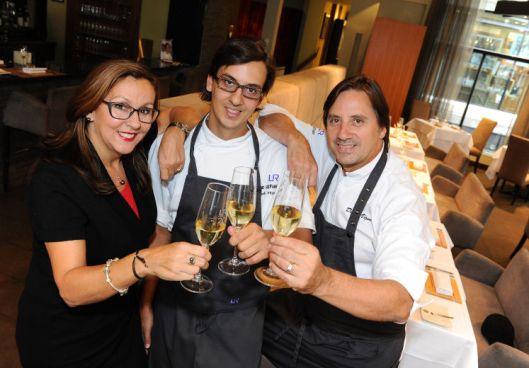 Daniel Vézina et Suzanne Gagnon entourant leur fils Rapahël, brillant chef du Laurie Rapahaël de Québec