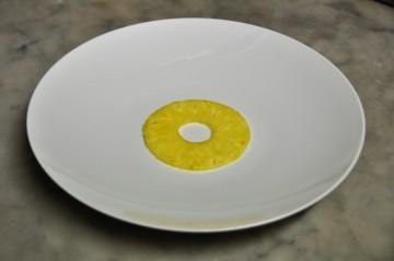 Déposer une fine tranche au centre de chaque assiette.