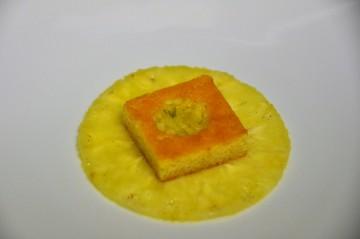 Garnir le centre du biscuit de brunoise d'ananas marinée.